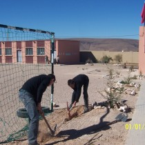 Installation des filets pour les buts du terrain de football